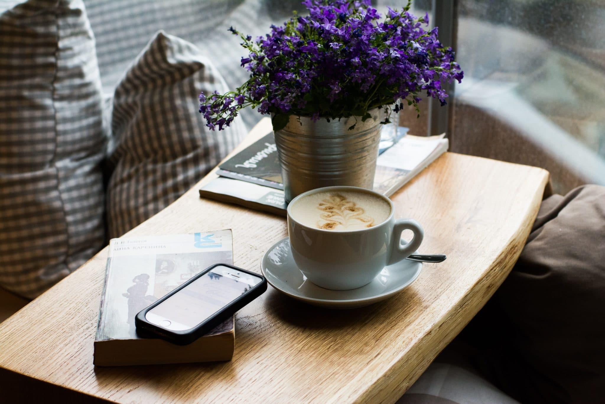 madeirado - móvel de madeira maciça com uma xícara e um celular em cima