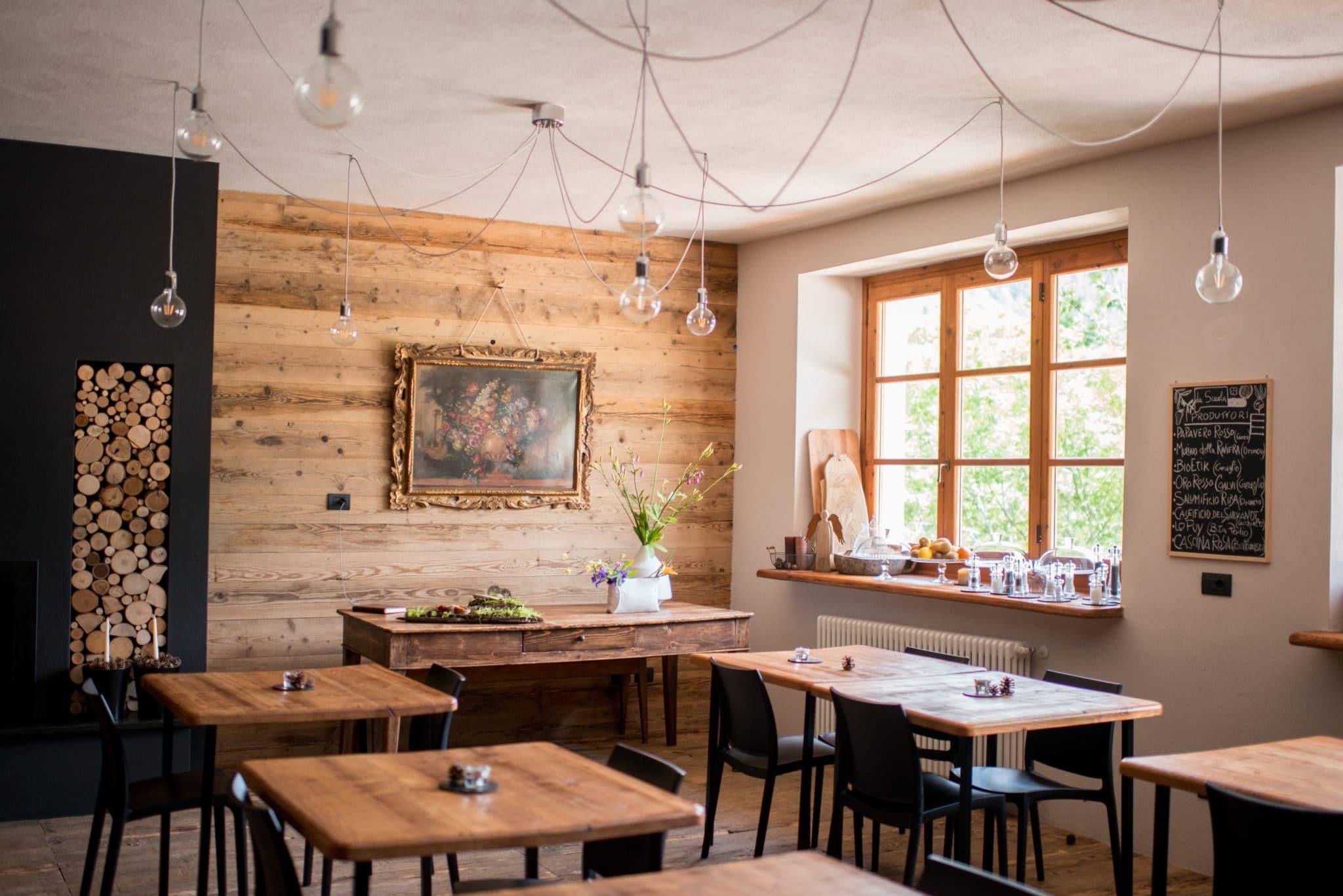 madeirado - sala com diversos móveis de madeira