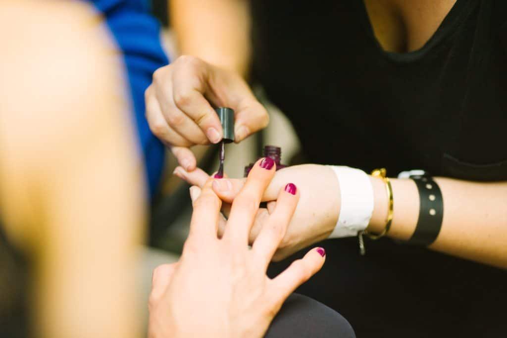 mercado de beleza : manicure pinta unha de cliente