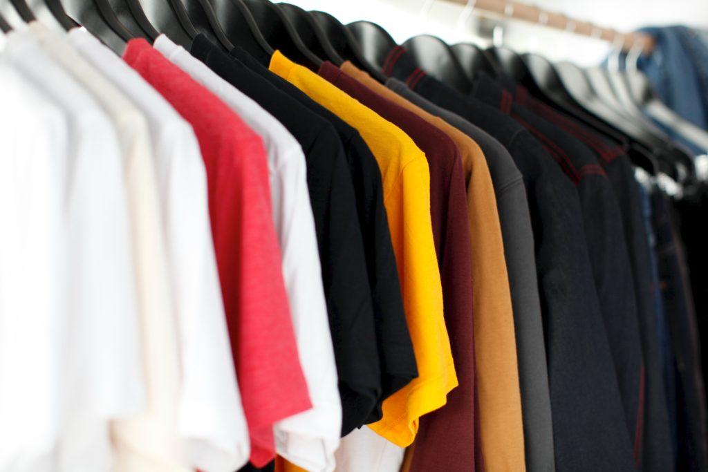 camisas sem manga enfileiradas para venda em atacado. ilustra como vender atacado