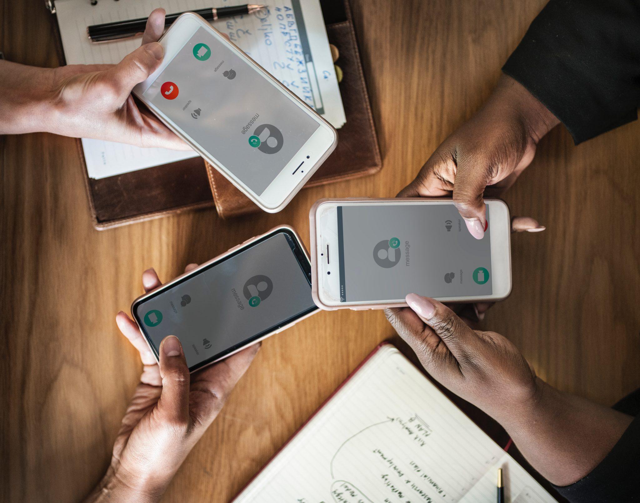 clientes reunidos pelo celular, trocando contato